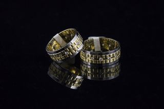 Златни венчални халки с камъни